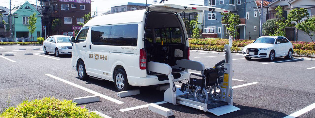 介護タクシー車両の背面リフトと車いす
